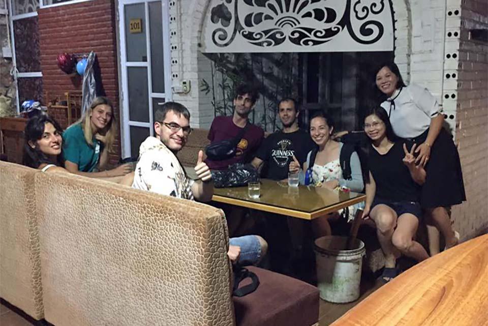 Con el equipo del Houng Sem Homestay en Ninh Binh (Vietnam)