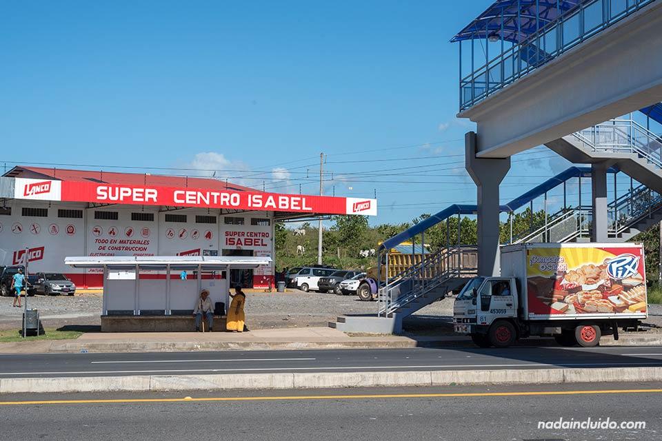 Parada de autobús más cercana a la carretera que lleva a Boca Chica, el puerto de salida de las barcas para visitar el parque nacional marino golfo de Chiriqui (Panamá)