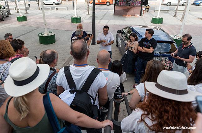 Visitantes en la plaza de Pizarra (Málaga)