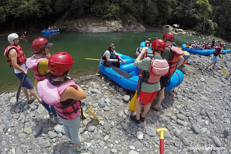 Monitores preparando las balsas para hacer Rafting en el Río Pacuare (Turrialba, Costa Rica)