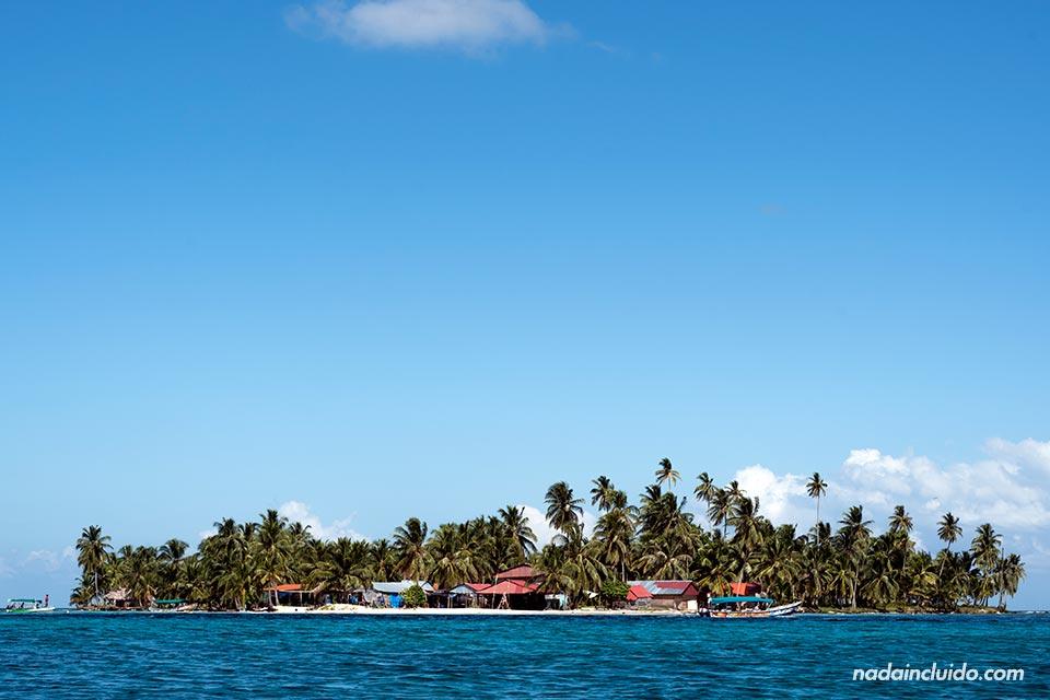 Vista desde lejos de Isla Perro Chico, en el archipiélago de San Blas (Panamá)