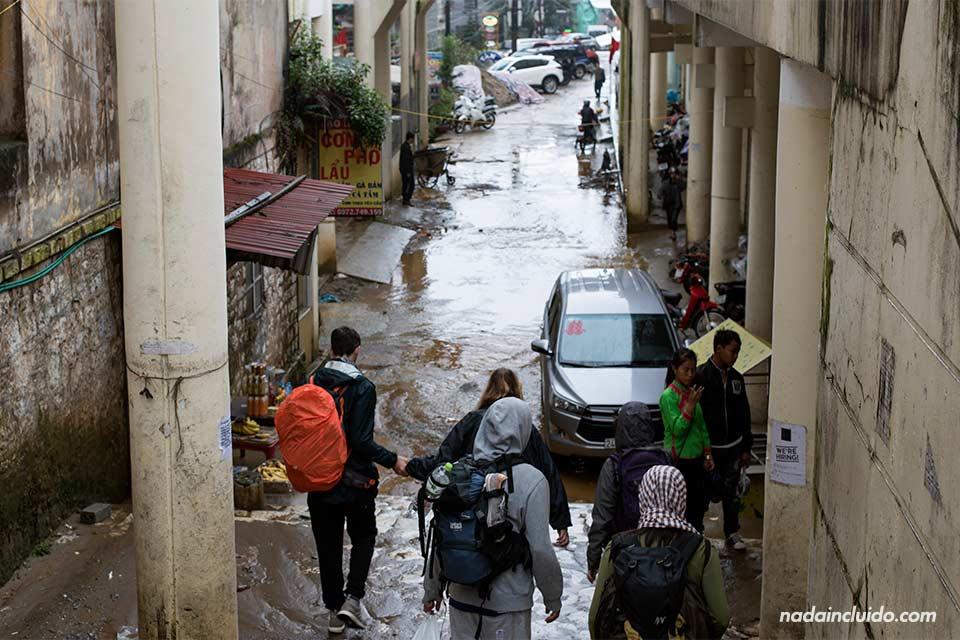 Calle inundada por lluvias en Sapa (Vietnam)