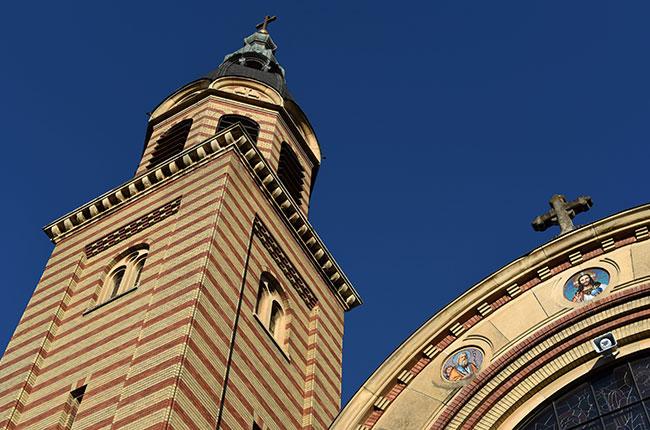 Fachada de la Iglesia Ortodoxa de la Santa Trinidad (Biserica Sfanta Treime) en Sibiu (Rumanía)