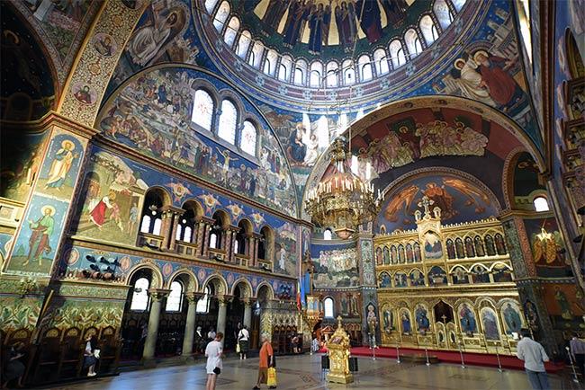 Interior de la Iglesia Ortodoxa de la Santa Trinidad (Biserica Sfanta Treime) en Sibiu (Rumanía)