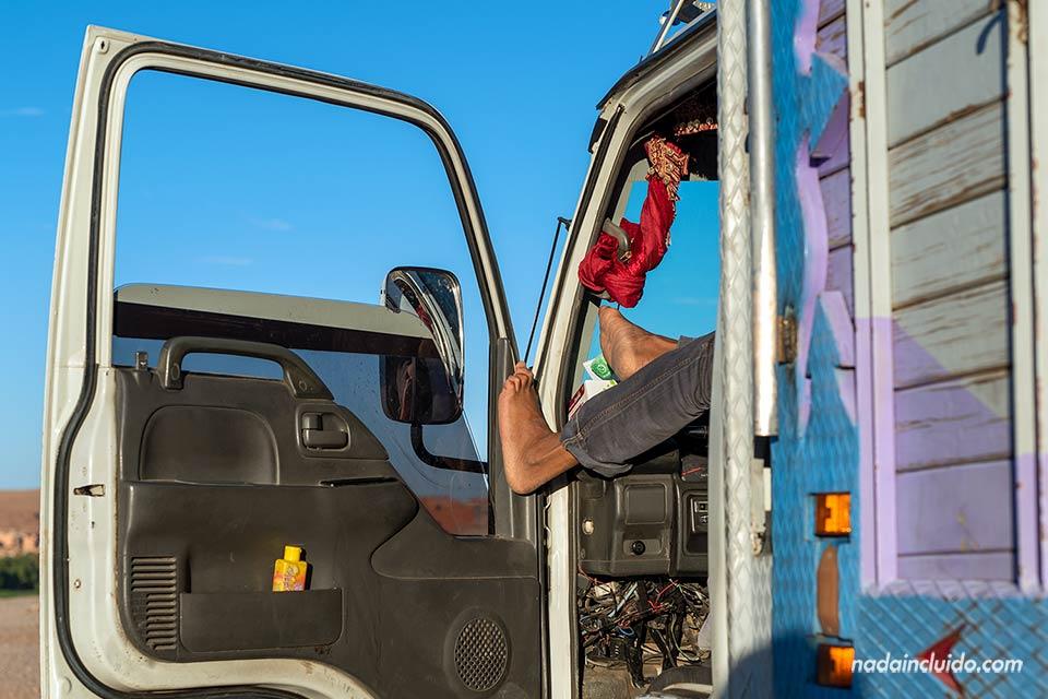 Un camión parado junto un mirador sobre Tinghir (Marruecos)