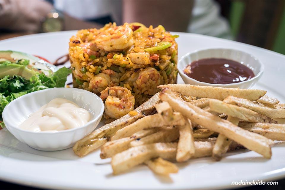 Comiendo un arroz con camarones en el restaurante Carey, en Agujitas de Drake (Costa Rica)