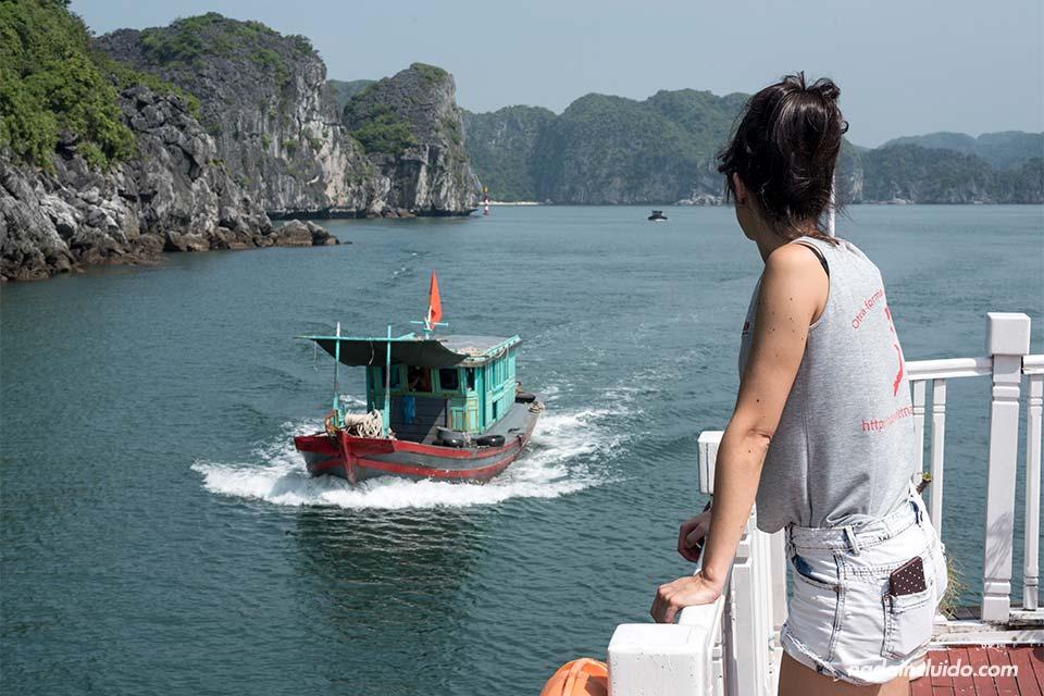 Barco navegando en la Bahía de Lan Ha (Vietnam)
