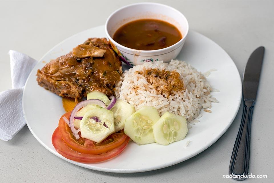 Comiendo un plato de arroz con frijoles y carne guisada en Bocas del Toro (Panamá)