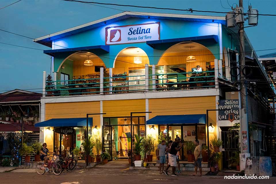 Fachada del hostal Selina en Bocas Town (Isla Colón, Panamá)