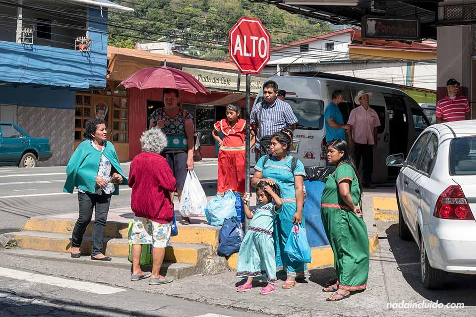 Parada de buses a la zona de Alto Quiel, en la ciudad de Bajo Boquete (Panamá)