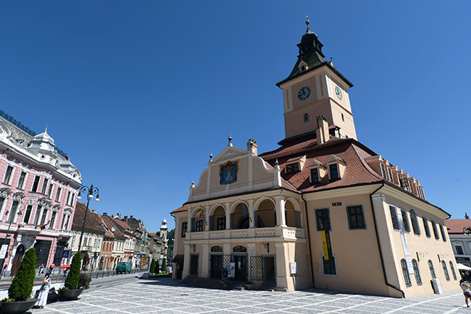 Ayuntamiento en la Piața Sfatului de Brasov (Rumanía)