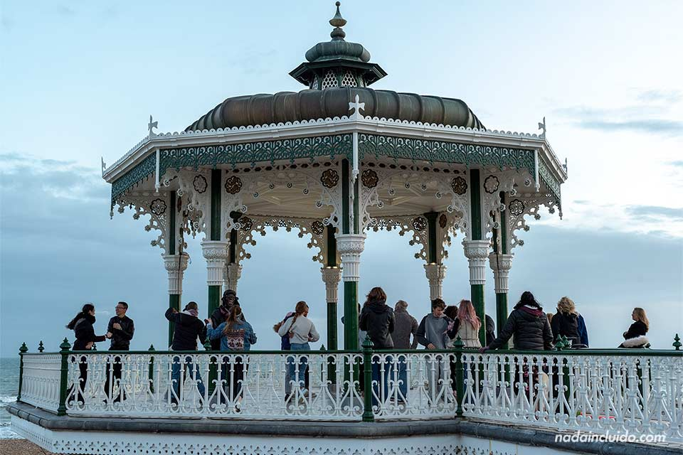 Gente bailando en el Bandstand de Brighton (Inglaterra)