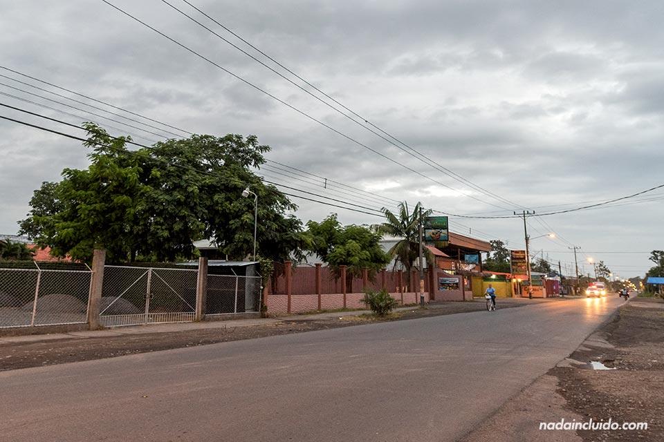 Carretera que atraviesa el pueblo de Cariari (Costa Rica)