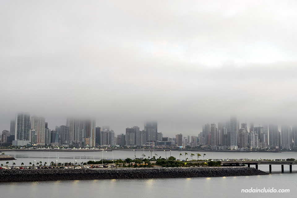 Niebla sobre los rascacielos de ciudad de Panamá durante el amanecer