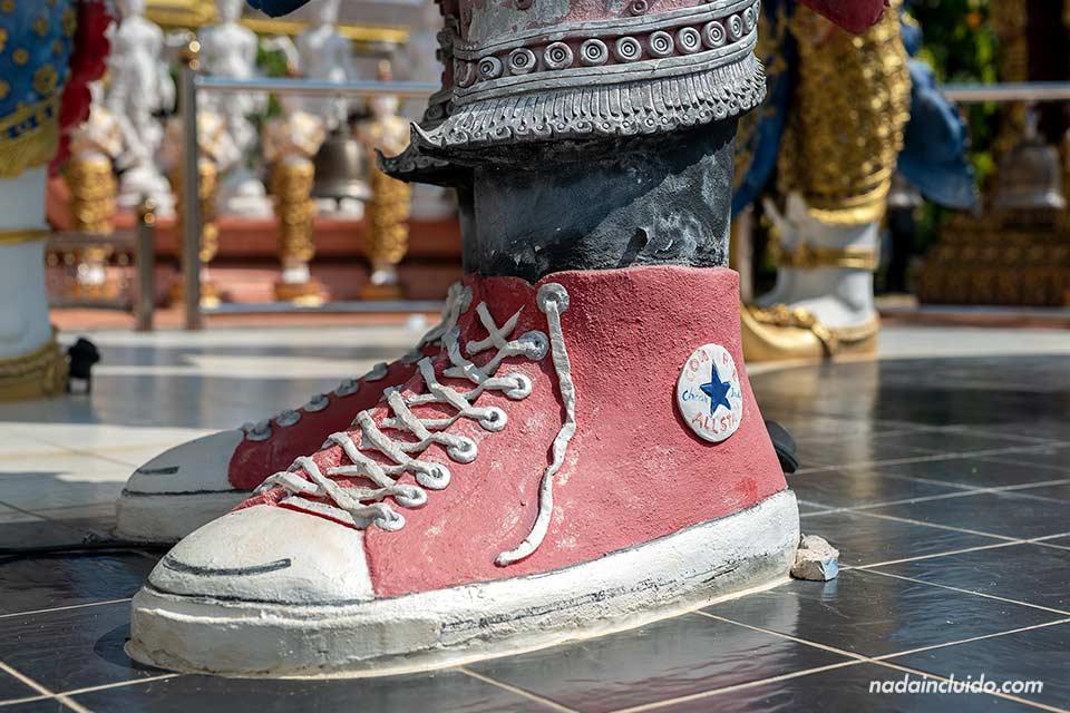 Estatua con zapatillas Converse en el templo Wat Saeng Kaeo Phothiyan de Chiang Rai (Tailandia)