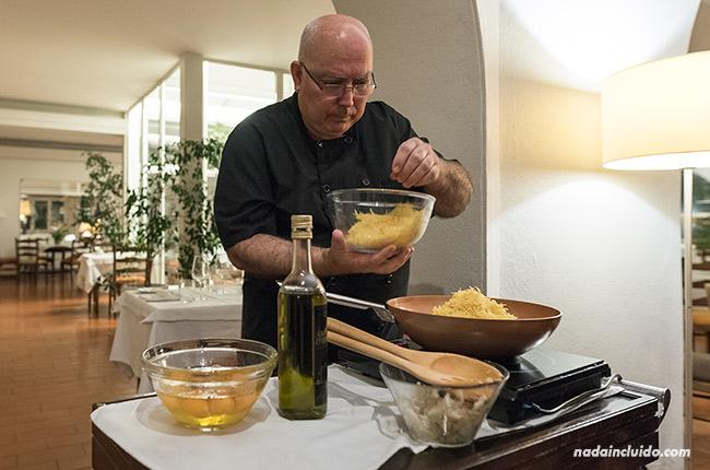 Preparando Bacalao dorado en el hotel restaurante Santa Luzía de Elvas (Alentejo, Portugal)