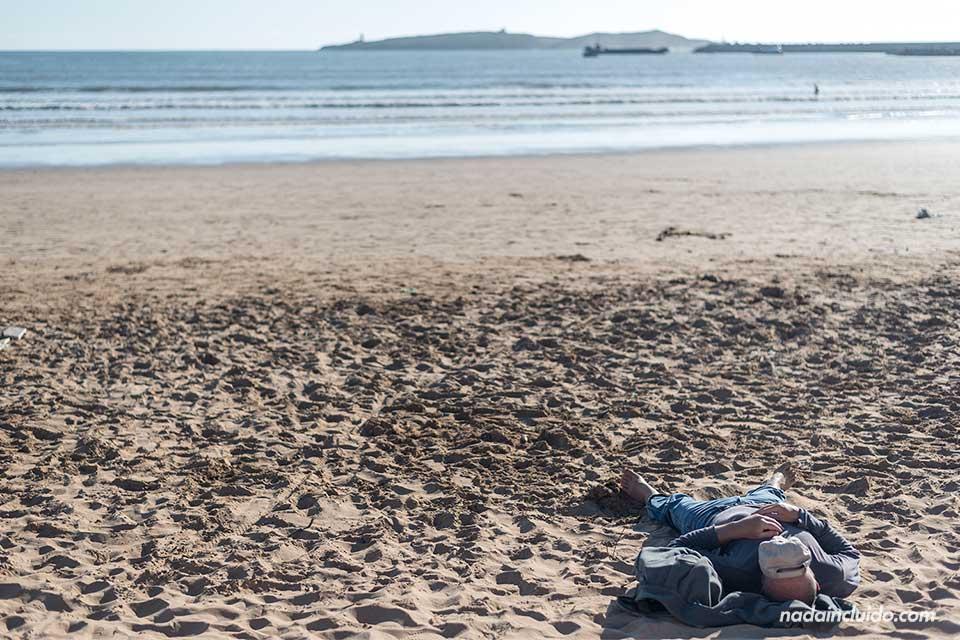 Durmiendo en la playa de Essaouira (Marruecos)