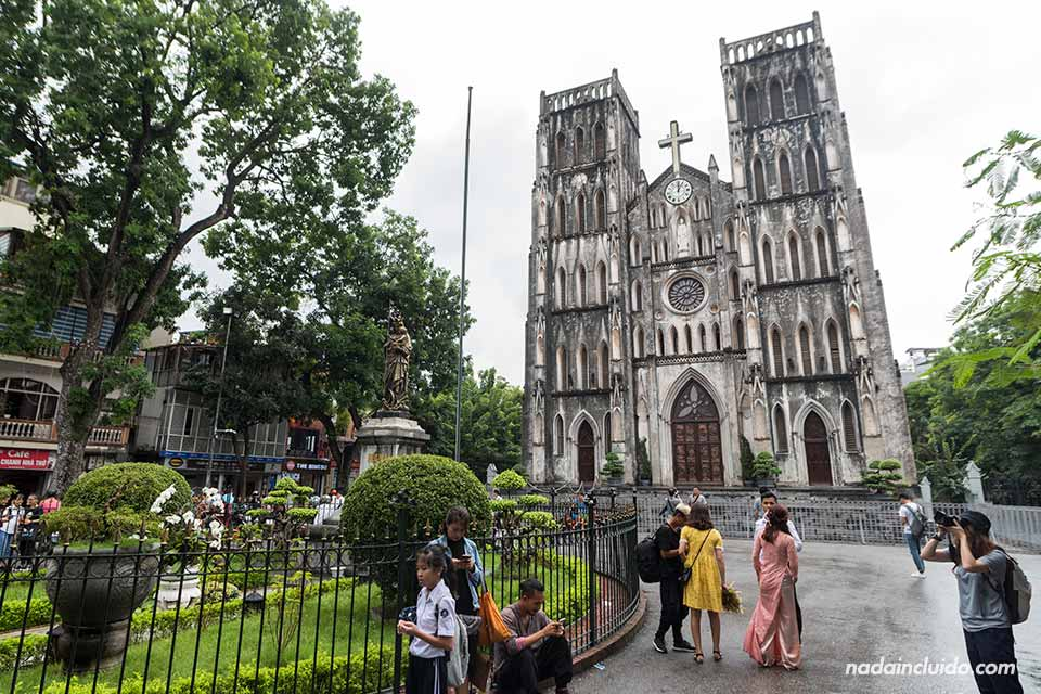 Turistas junto a la catedral de Hanoi (Vietnam)