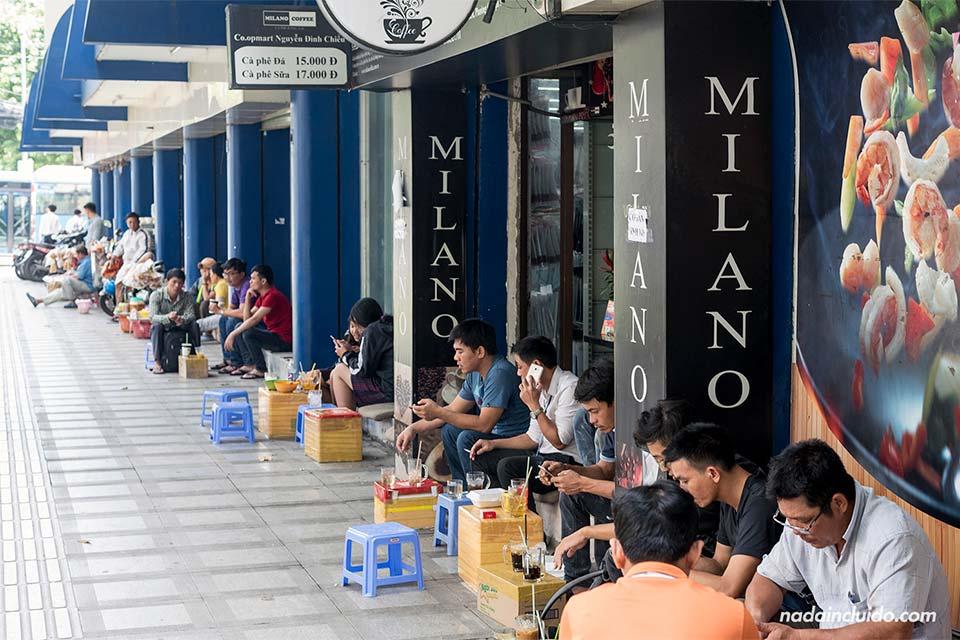 Vietnamitas comiendo en las calles de Ho Chi Minh