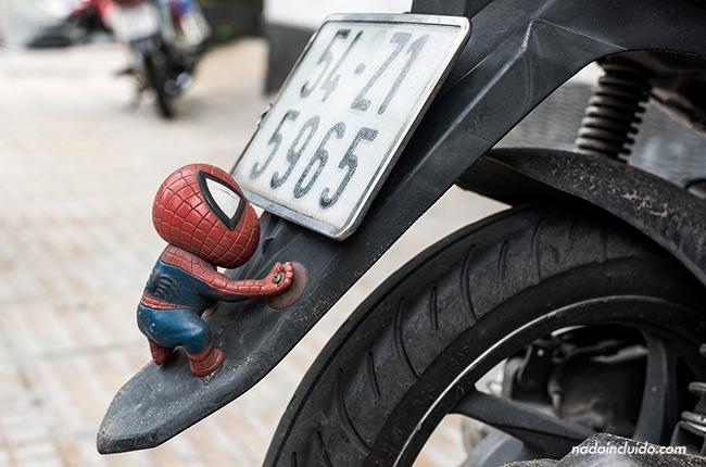 Muñeco de Spiderman junto a la matrícula de una moto en Ho Chi Minh (Vietnam)