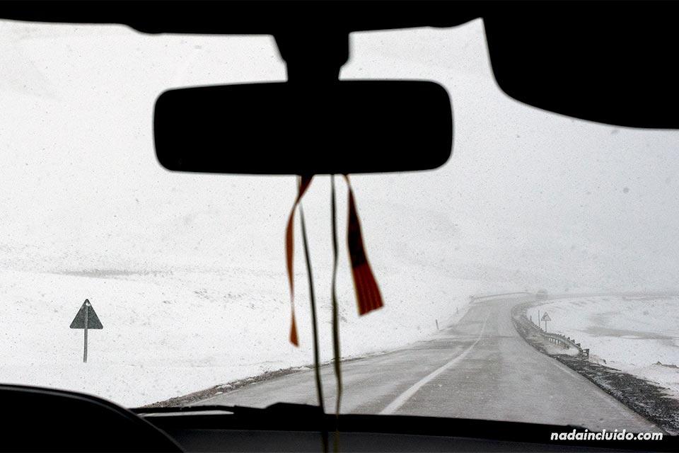 Recorriendo en coche el puerto de Ifrane nevado (Marruecos)