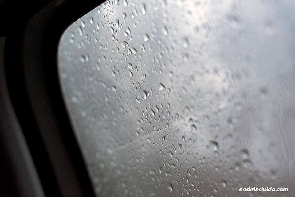 Lluvia en la ventana del coche