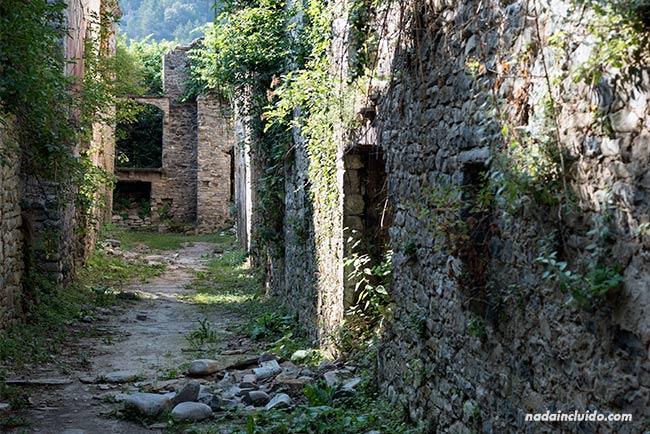 Calle del pueblo abandonado de Jánovas, en el Sobrarbe (Aragón)