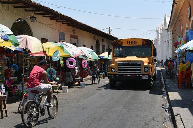 Autobús recorriendo las calles de León (Nicaragua)