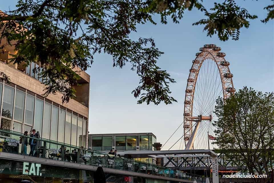 Vista del London Eye desde lejos (Londres, Inglaterra)