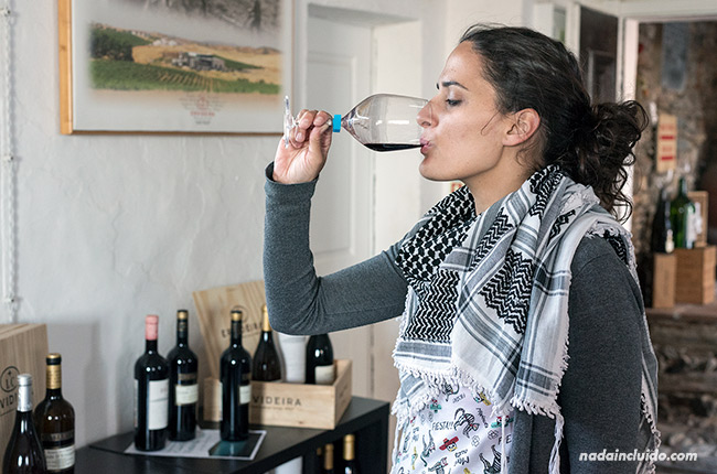 Bebiendo vino Evideira en una tienda de Monsaraz (Alentejo, Portugal)