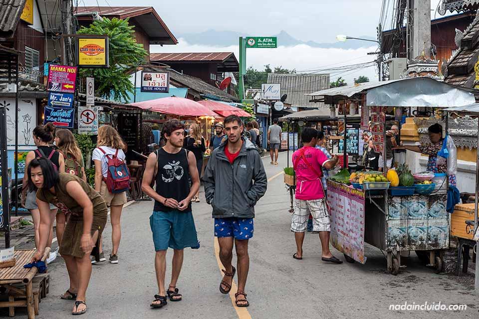 Turistas paseando por la calle Weing Tai (Pai, Tailandia)