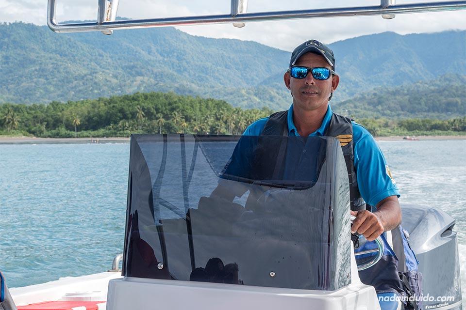 Capitán del barco de la compañía Ballena Aventura en el Parque Nacional Marino Ballena (Costa Rica)