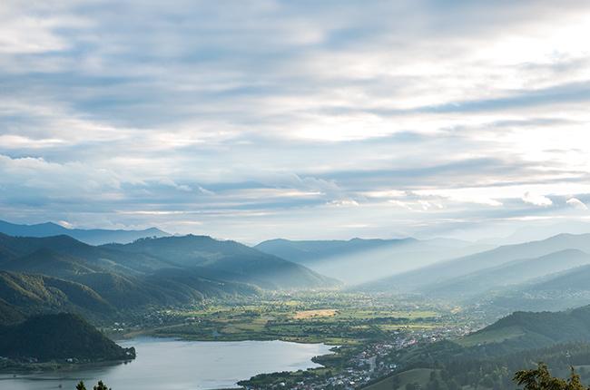 Vistas desde el Monte Cozla en Piatra Neamt (Rumanía)