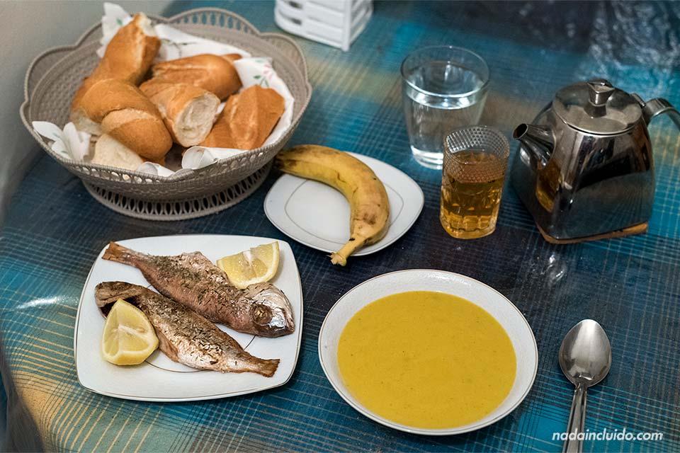 Sopa y pescado para cenar en mi homestay en Rabat (Marruecos)