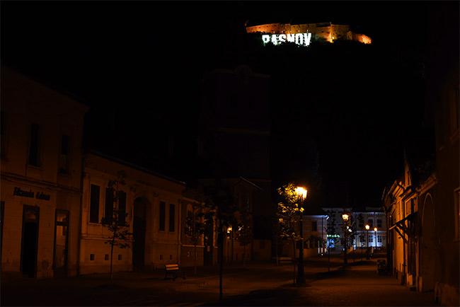 Iluminación nocturna del pueblo de Rasnov (Rumanía)