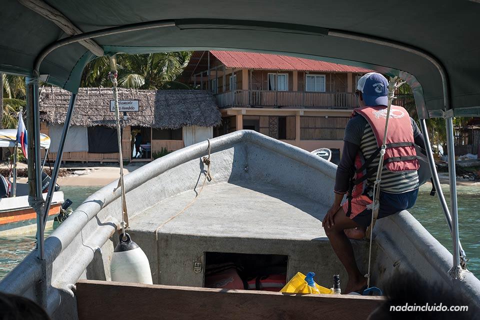 Llegando en barca a la Isla Perro Chico, en San Blas (Panamá)