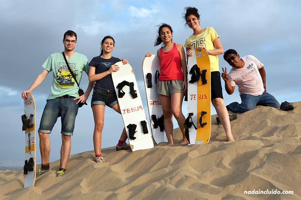 Haciendo sandboarding en el desierto de Ica (Perú)