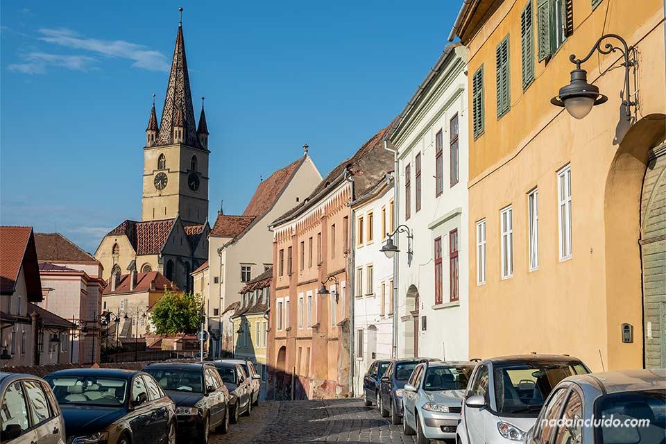 Vista desde lejos de la Catedral Luterana de Santa María (Catedral Evangélica Sfanta Maria) en Sibiu (Rumanía)