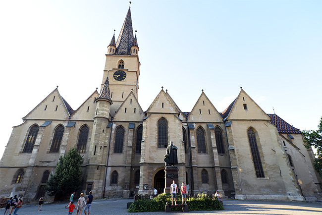 Fachada de la Catedral Luterana de Santa María (Catedral Evangélica Sfanta Maria) en Sibiu (Rumanía)