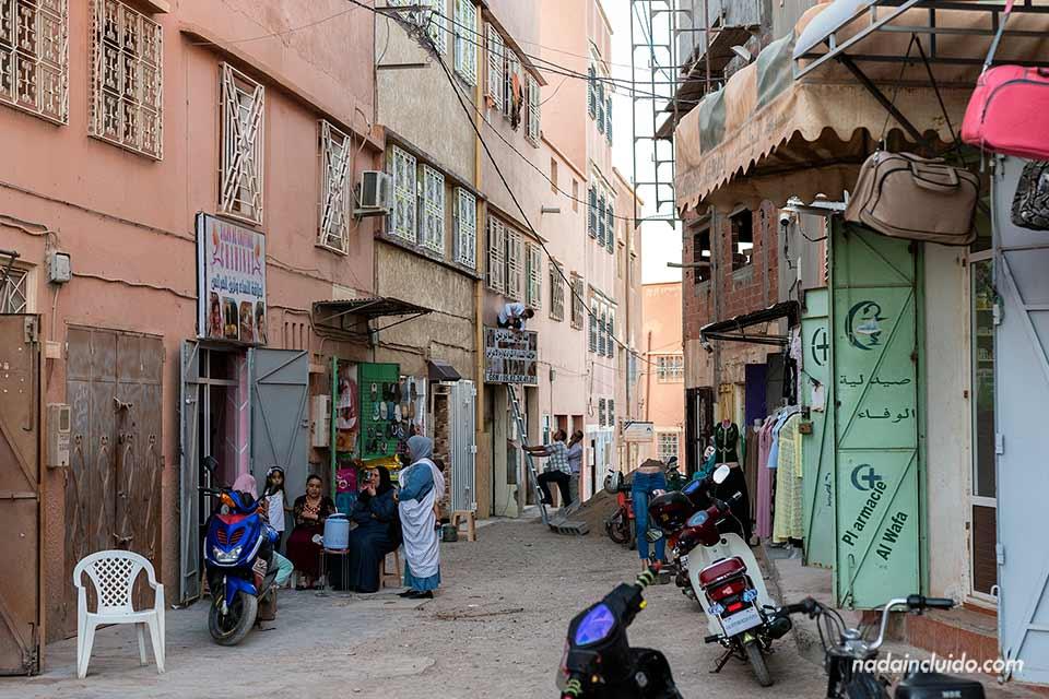 Señoras en la calle de la ciudad de Tinghir (Marruecos)