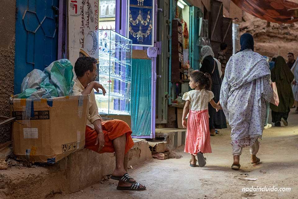 Locales en el mercado de la ciudad de Tinghir (Marruecos)