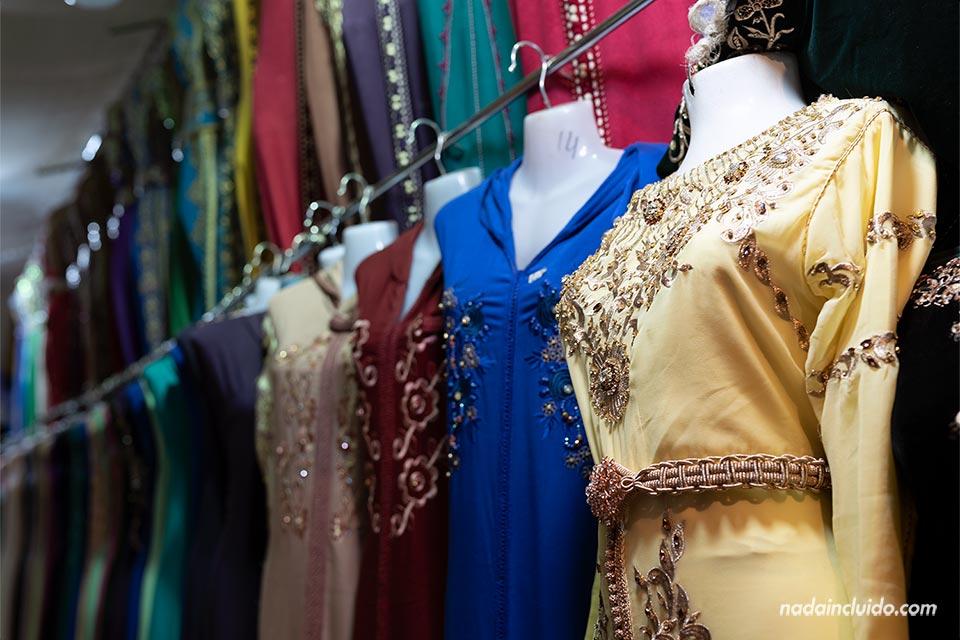 Vestidos de mujer en el mercado de la ciudad de Tinghir (Marruecos)