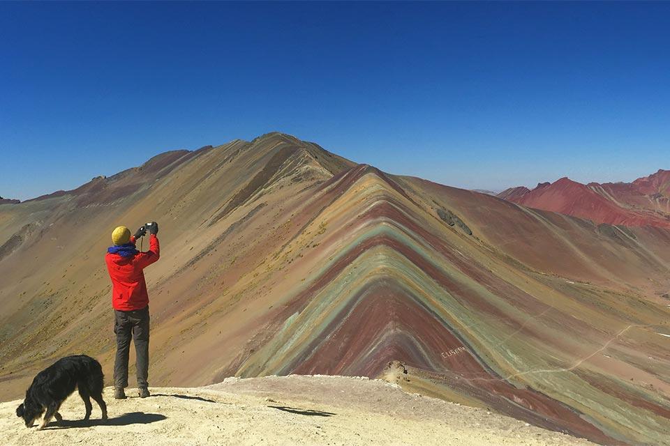 Turista en Vinicunca, la montaña de los 7 colores (Perú)
