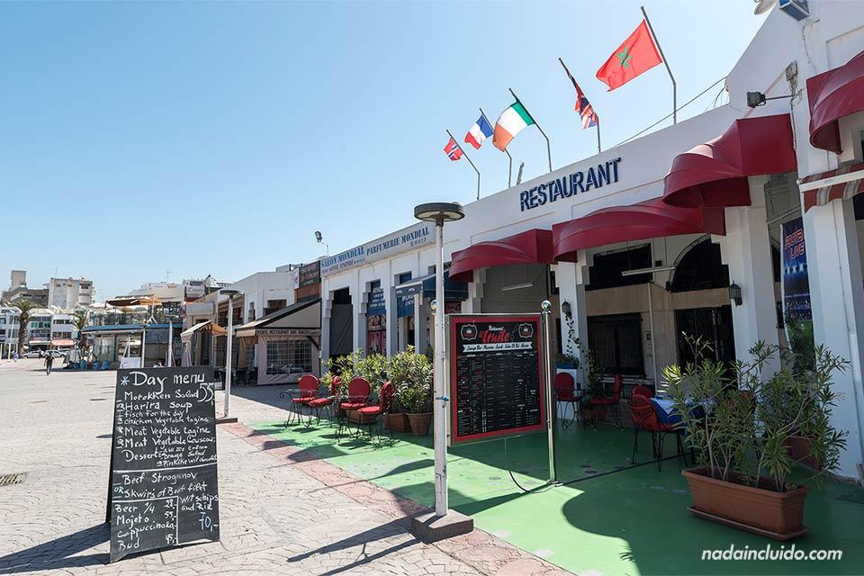 Restaurante en la avenida Hassan de Agadir (Marruecos)
