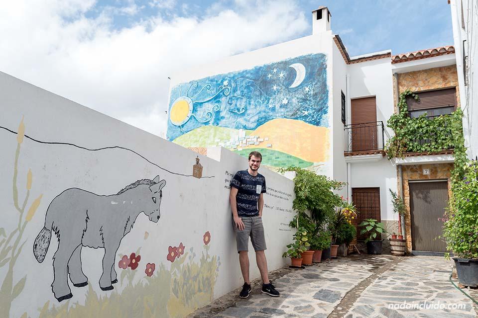 En una calle pintada de Almócita (Almería)