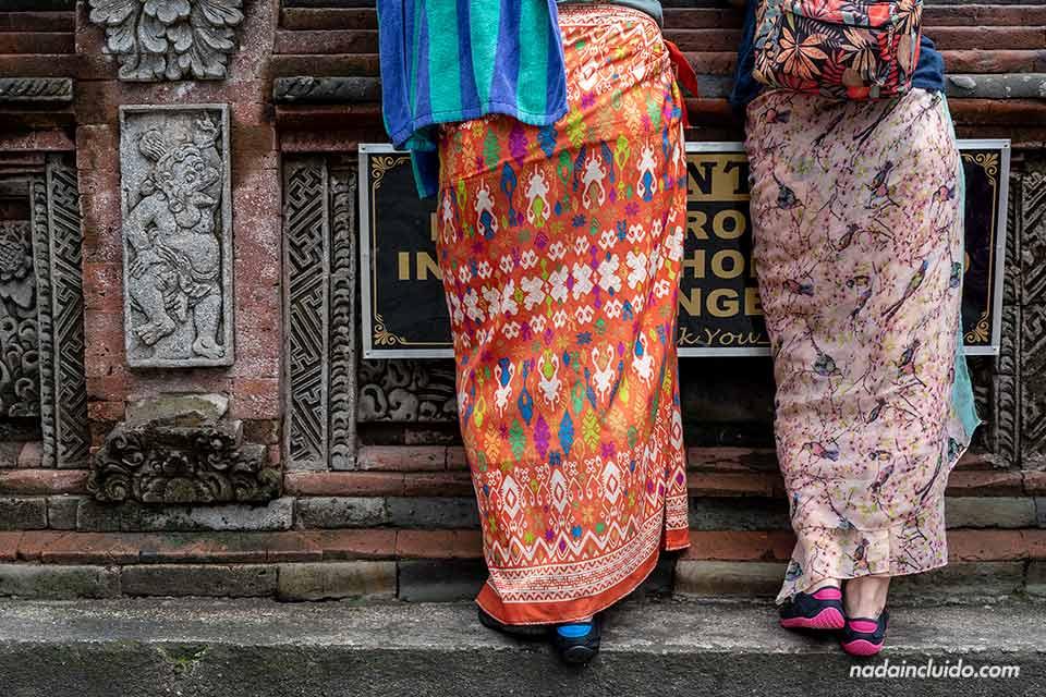 Sarong, ropa tradicional indonesia en el Pura Tirta Empul