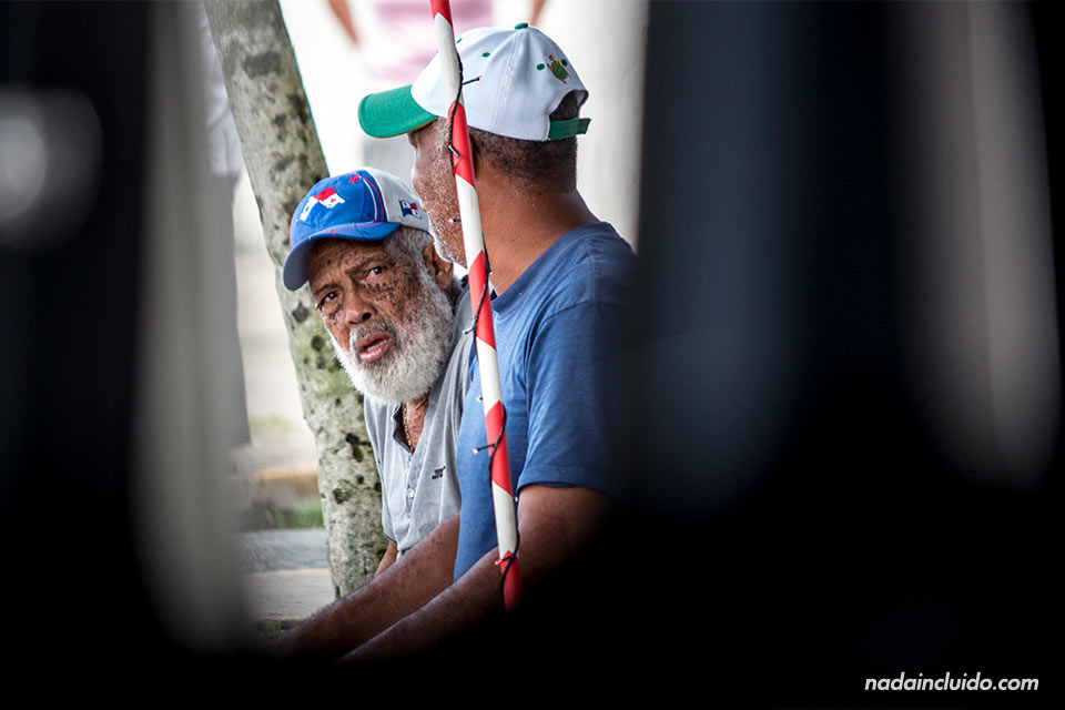 Dos señores panameños charlan en las calles de Bocas Town (Isla Colón, Panamá)