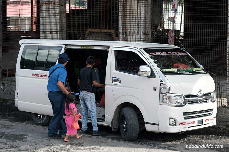 Colectivo que cubre la ruta entre Bajo Boquete y Alto Quiel (Panamá)