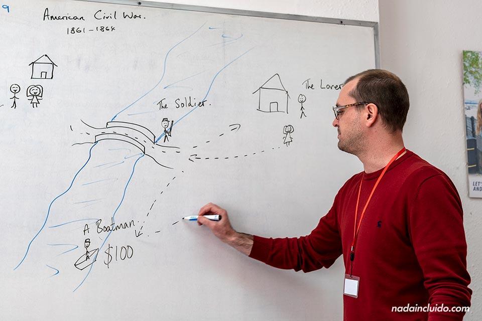El profesor de inglés cuenta una historia en la escuela de Sprachcaffe de Brighton (Inglaterra)