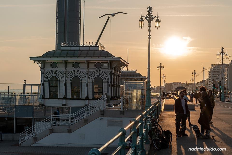 Atardecer en el paseo marítimo de Brighton (Inglaterra)